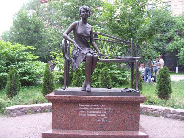 Памятник Елене Телиге в Киеве