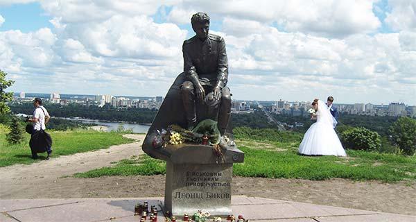 Памятник военным лётчикам в Киеве