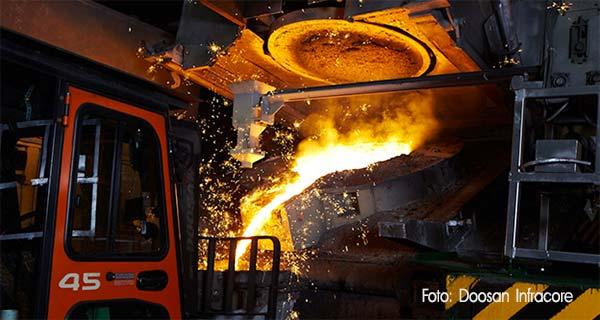 Слив чугуна в ковш на заводе Doosan Infracore