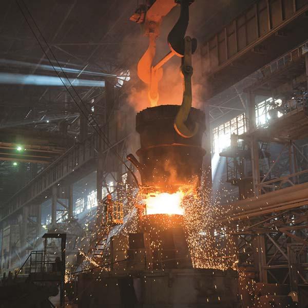 Ковш собственного производства емкостью 130 т, в работе