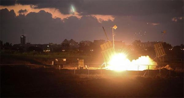 """Израильская система ПВО """"Железный купол"""" запускает ракеты для перехвата атакующих ракет"""