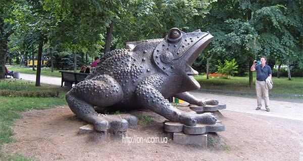 Скульптура О. Пинчука Жаба
