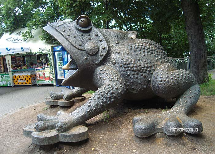 Памятник жабе в Киеве