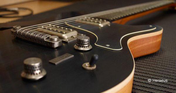 Гитара с 3D-печатным мостом и регуляторами из аморфного металла